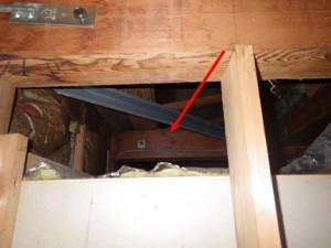 天井裏梁の雨ジミ