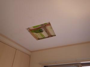 雨漏り確認天井開口