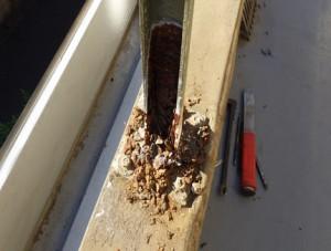 手摺支柱の雨漏り被害