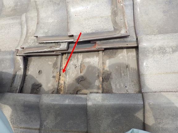 瓦の裏の防水シートの切れ