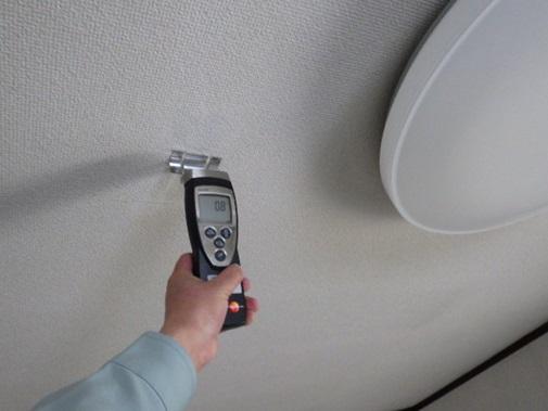 天井を水分計で含水率を計測