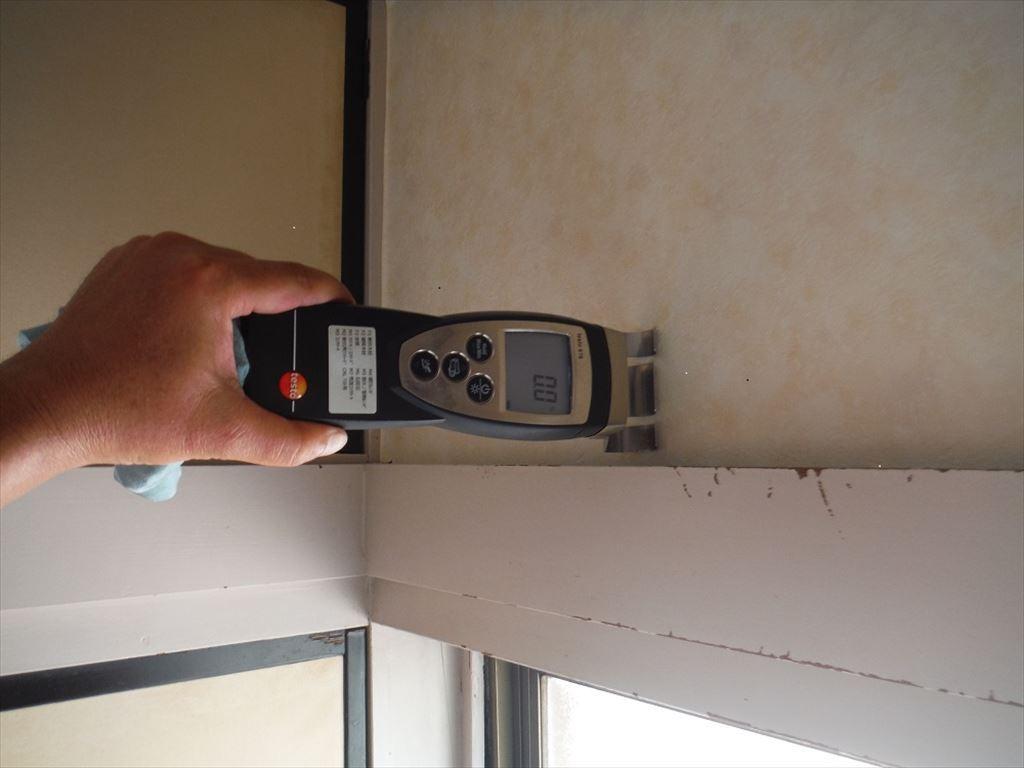 漏れているサッシの上部分の壁を水分計にて含水率を測定します。