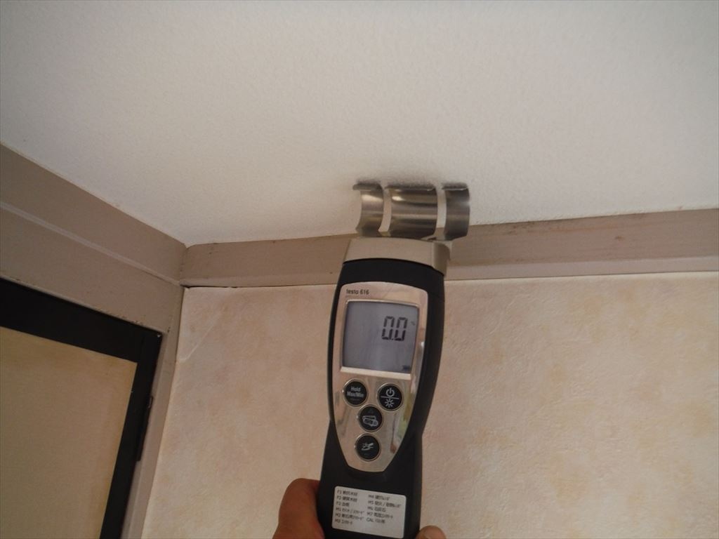 壁よりもさらに上部の天井部を、水分計にて含水率を測定します。