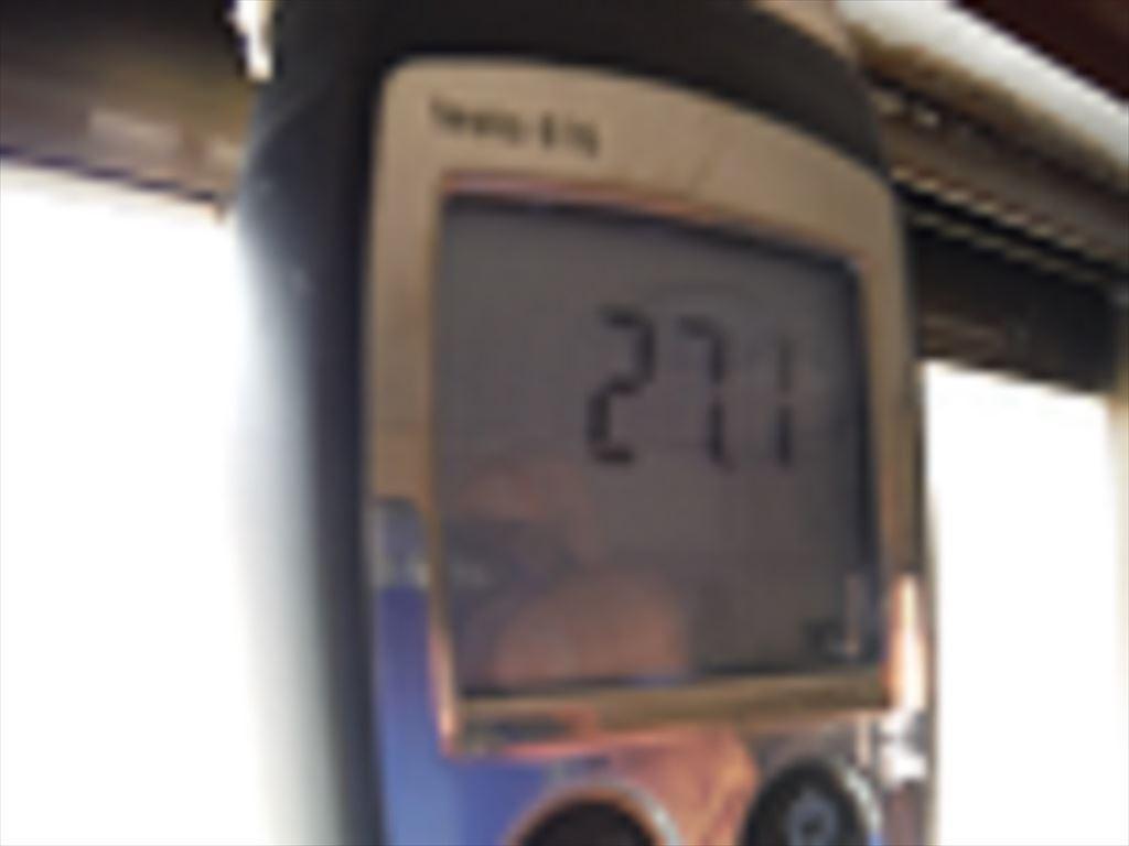 漏れてきているサッシ木枠の含水率を、水分計にて計測しています。