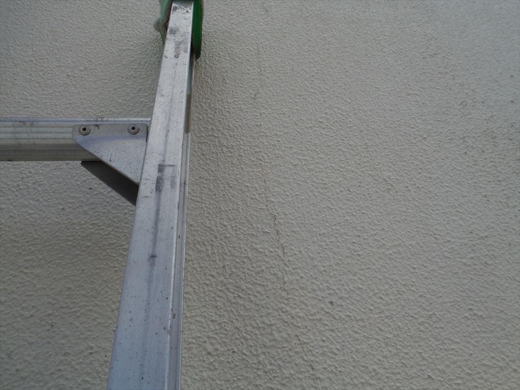 モルタル外壁には縦のひび割れも確認できます。