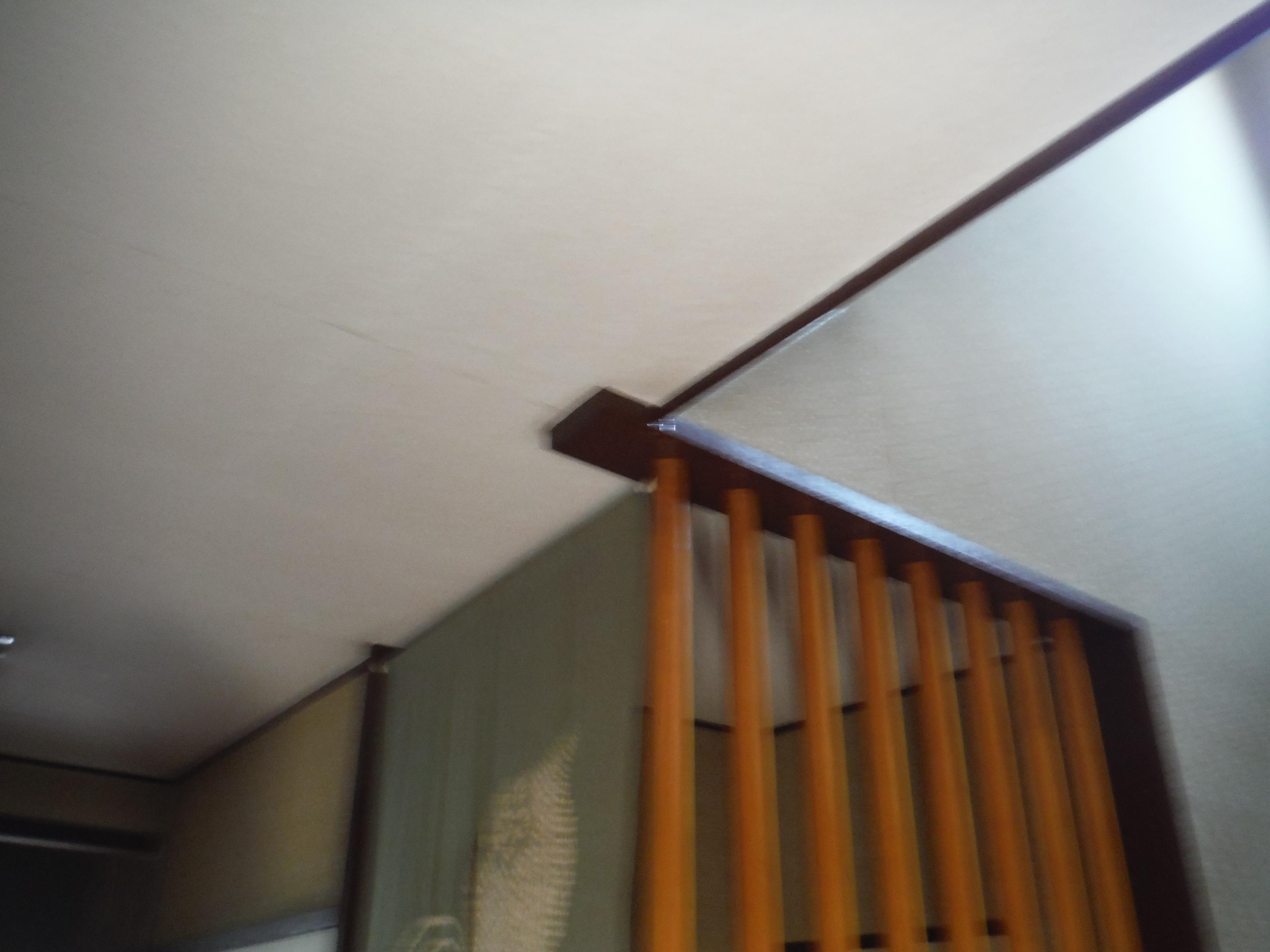天井から絶え間なく、ポタポタと水が垂れ落ちてきます。雨漏り?外は雨は降っていないけれど・・・