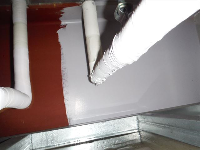 天井を開口して確認した、給水管から水滴が滴っている状況です。