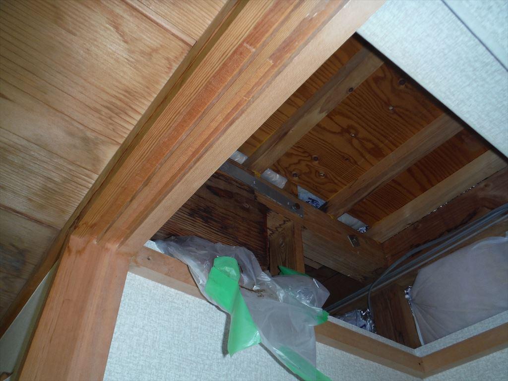 ベランダの下の天井から雨漏りがしてきます。