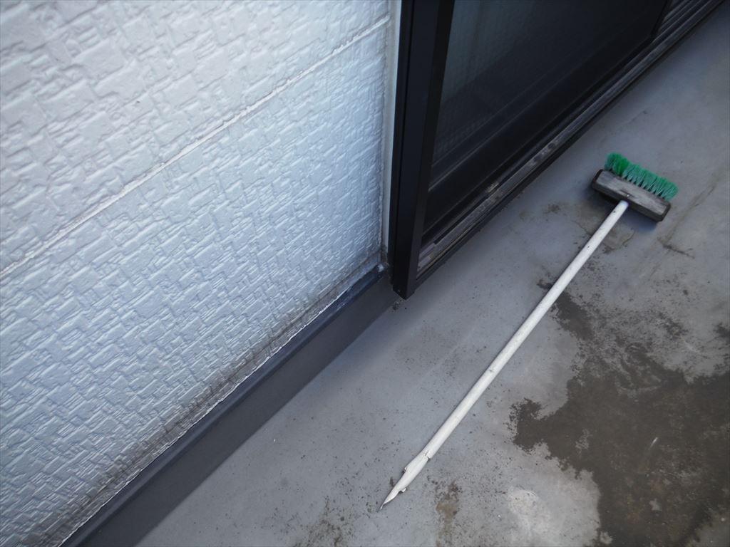漏れている押し入れ天井の、真上のベランダになります。特に違和感はない状態です。