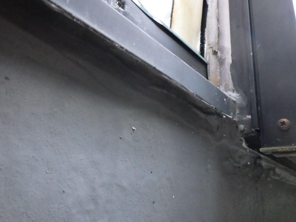 過去の雨漏りの修理の時に、水切りの下端をシーリング材で塞いでいます。これでは以前より雨漏りの頻度が多くなっていると思われます。